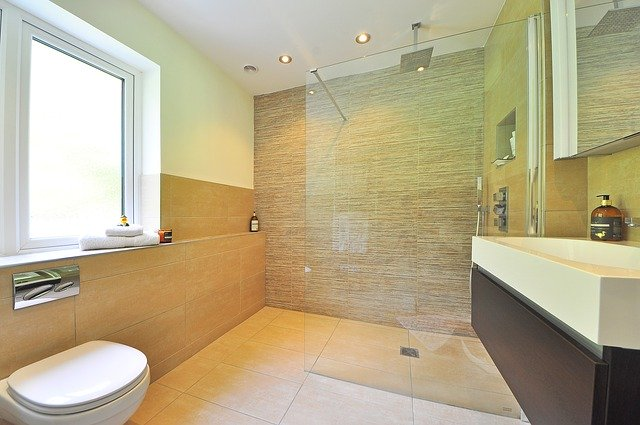 Ak obľubujete sprchu vyberte si riešenie vo forme sklenenej zásteny