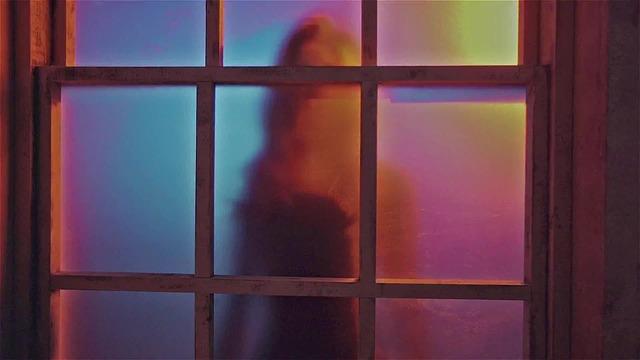 žena za dveřmi