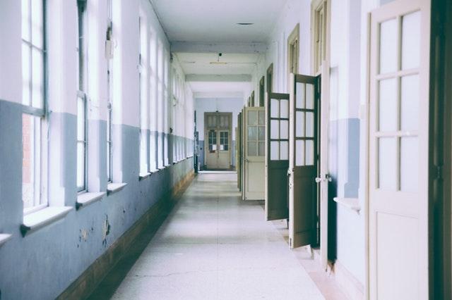 Dlhá chodba s pootváranými klasickými dverami