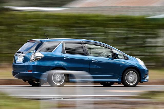 Rozmazané modré auto na diaľnici