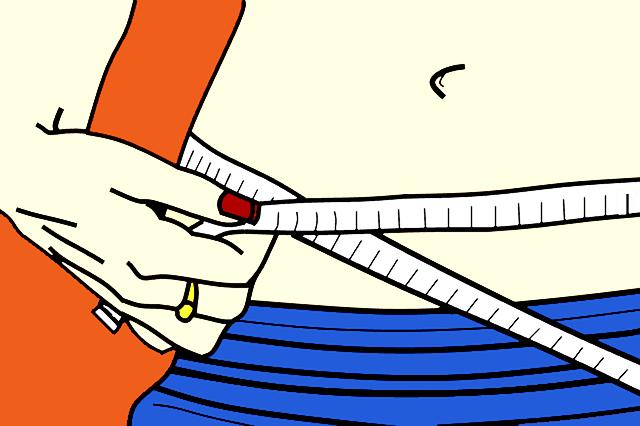 Žena si meria obvod pása